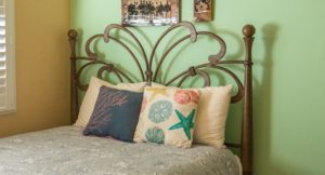 How to Arrange Pillows on a Full Bed Option 3