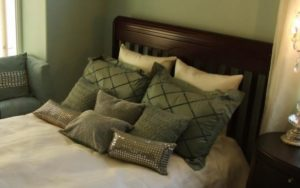 How to Arrange Pillows on a Queen Bed Option 1